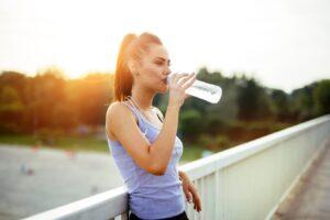 Miért kiemelten fontos nyáron a folyadékbevitel?